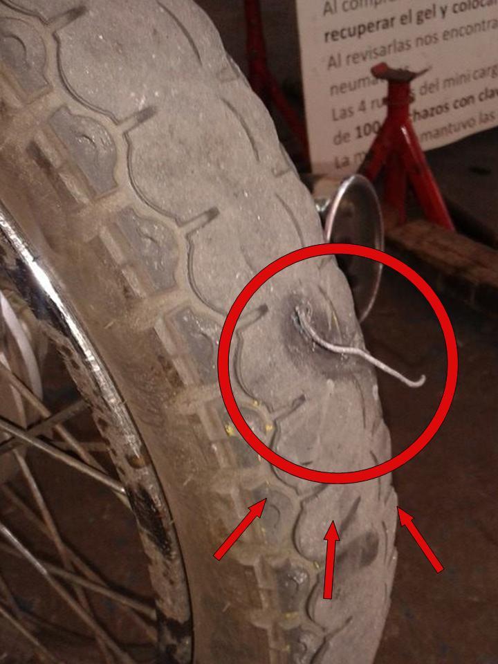 Alambre incrustado en rueda de moto